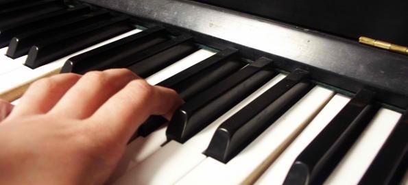 Découvrez comment jouer les accords au piano (accords mineurs et majeurs)